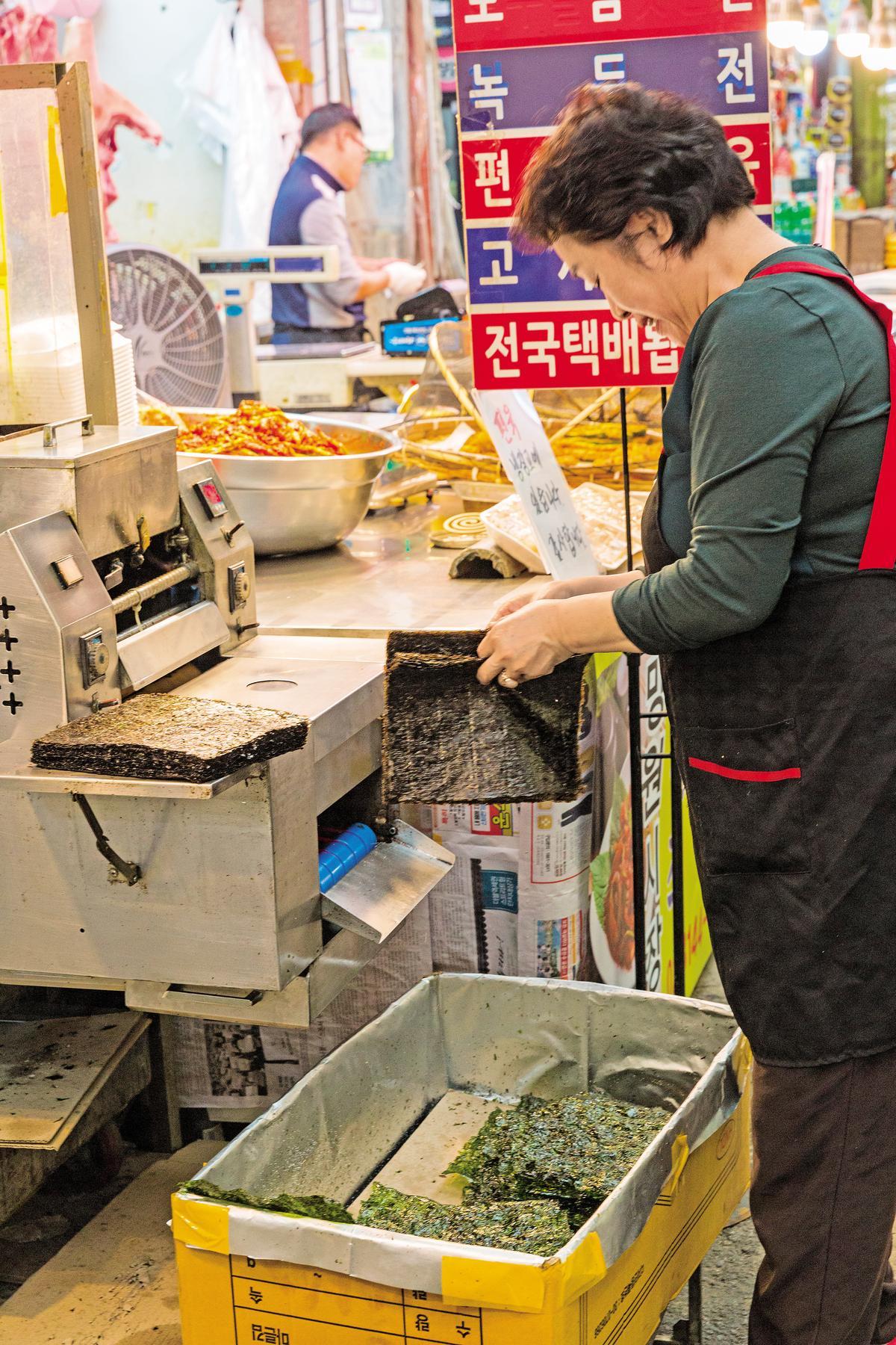 韓國大媽現烘海苔,手法熟練。