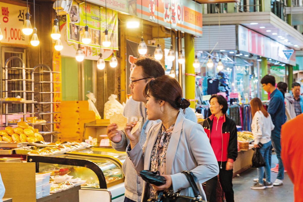 韓國年輕人假日也會晃進傳統市場。