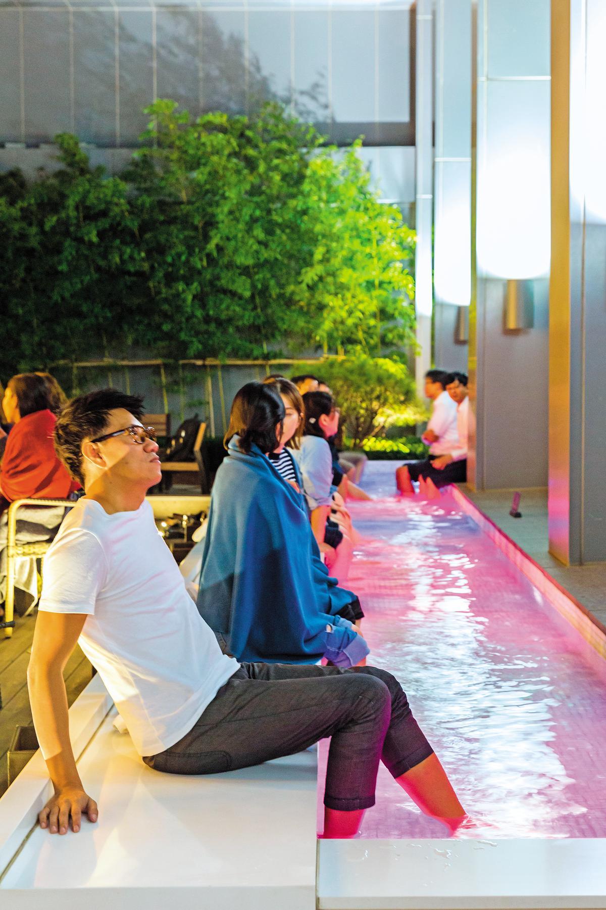 「Long Day Foot Spa」的足浴,旅人可將雙腳放入溫水,緩解疲勞。