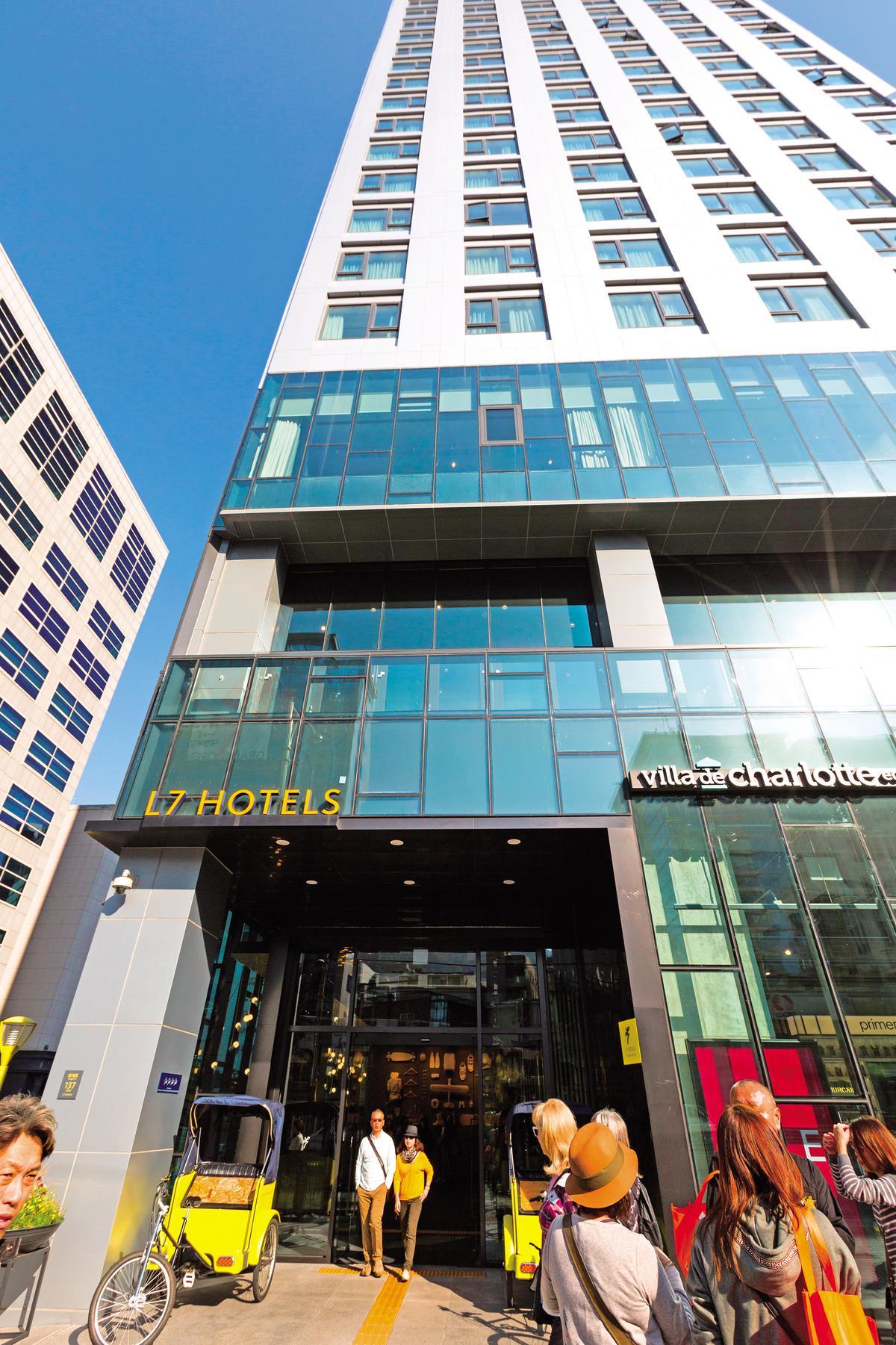飯店座落於明洞商圈,門口即有地鐵出口、機場巴士站牌,交通便捷。