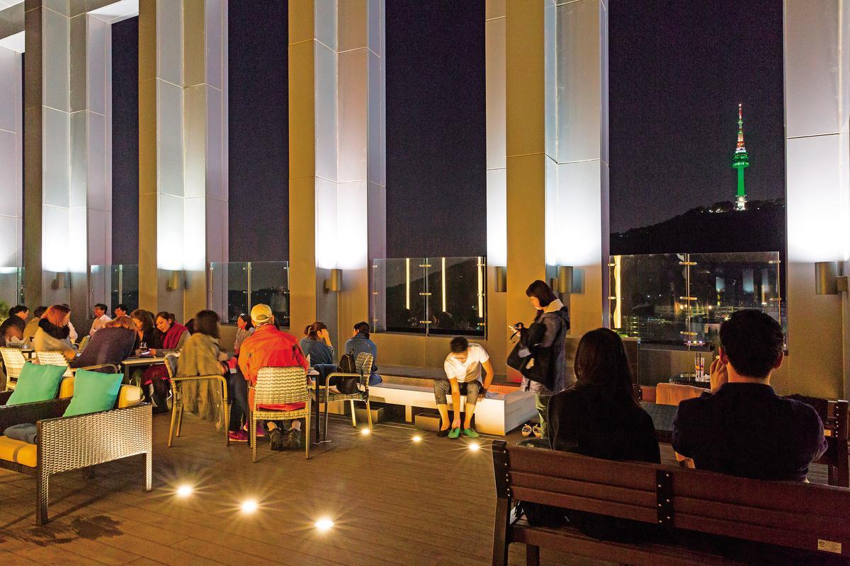 飯店頂樓能遠眺「N首爾塔」。