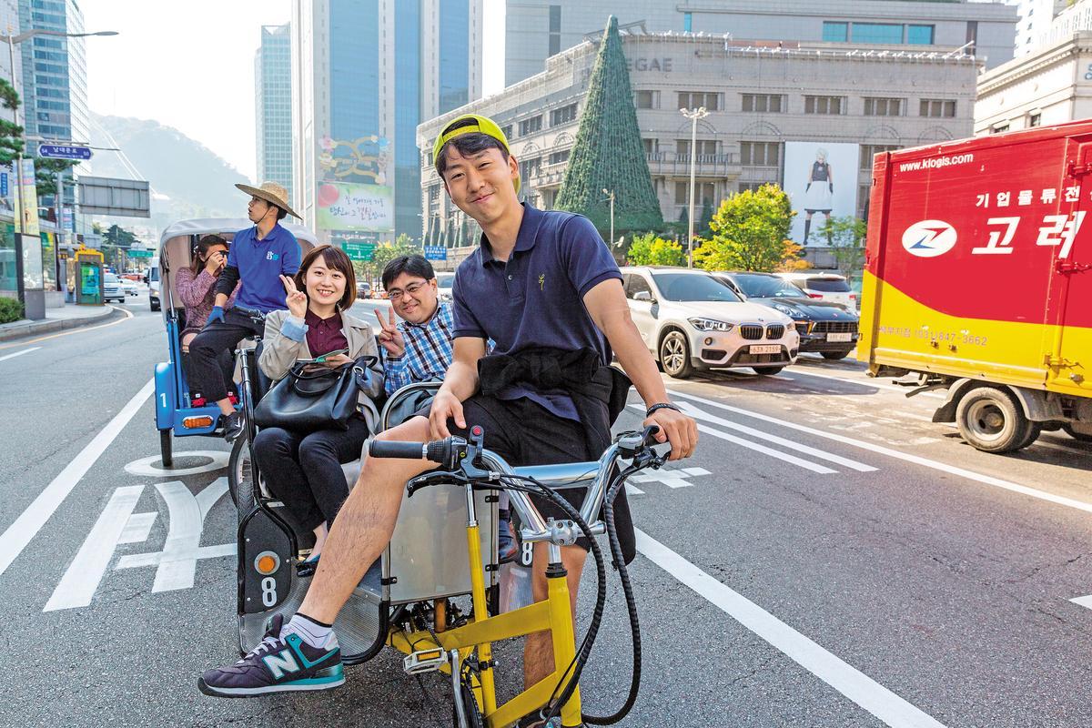 在首爾搭上三輪車拍照打卡,是遊客必做的事。