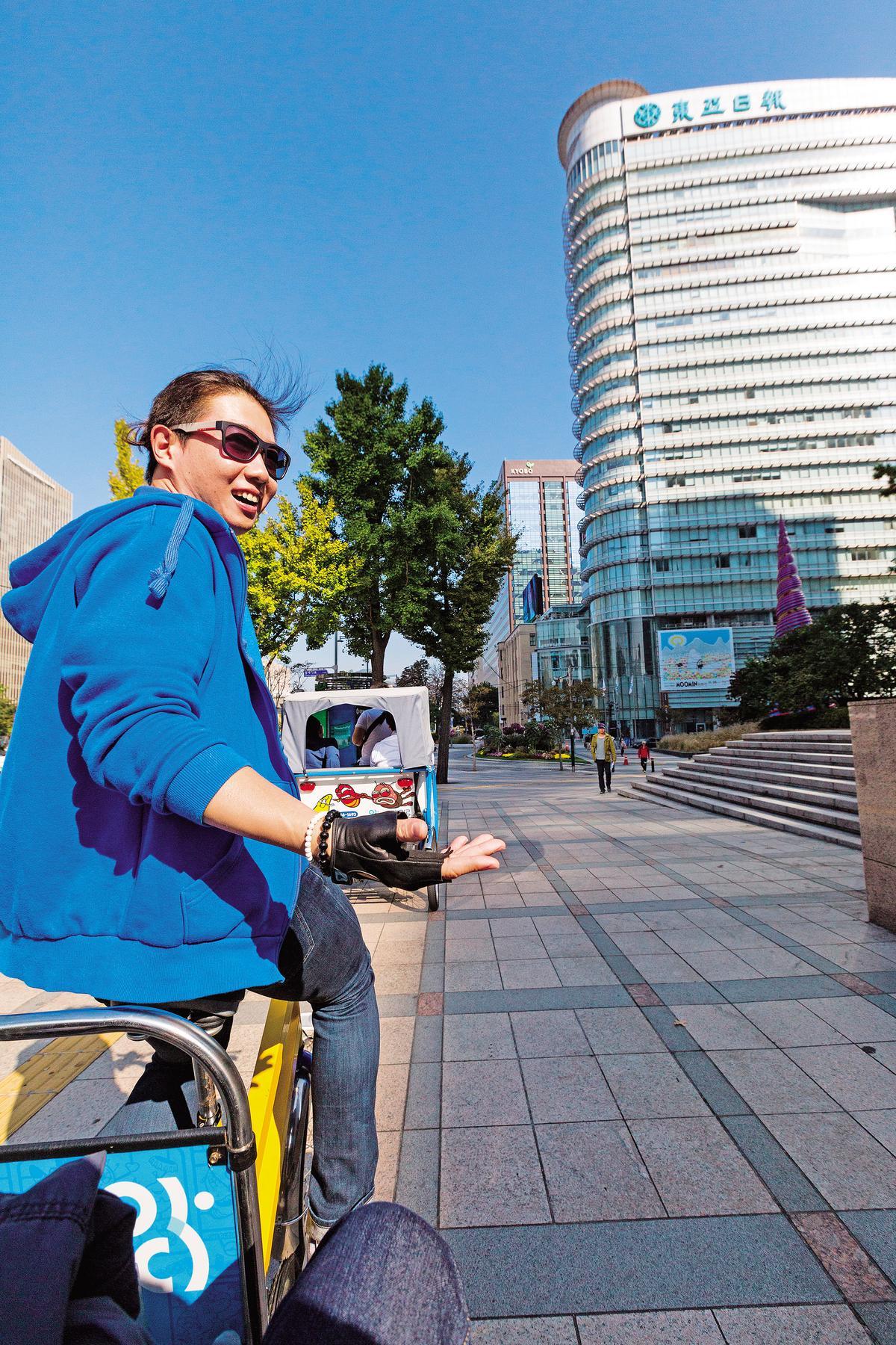 阿弟三輪車服務人員臉微紅地賣力踩著踏板,同時導覽,相當敬業。