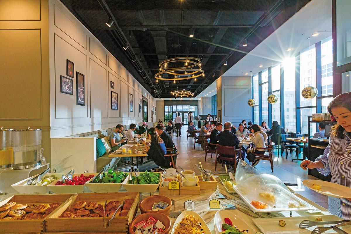 位於2樓的餐廳提供自助式早餐,採光明亮,朝氣十足。
