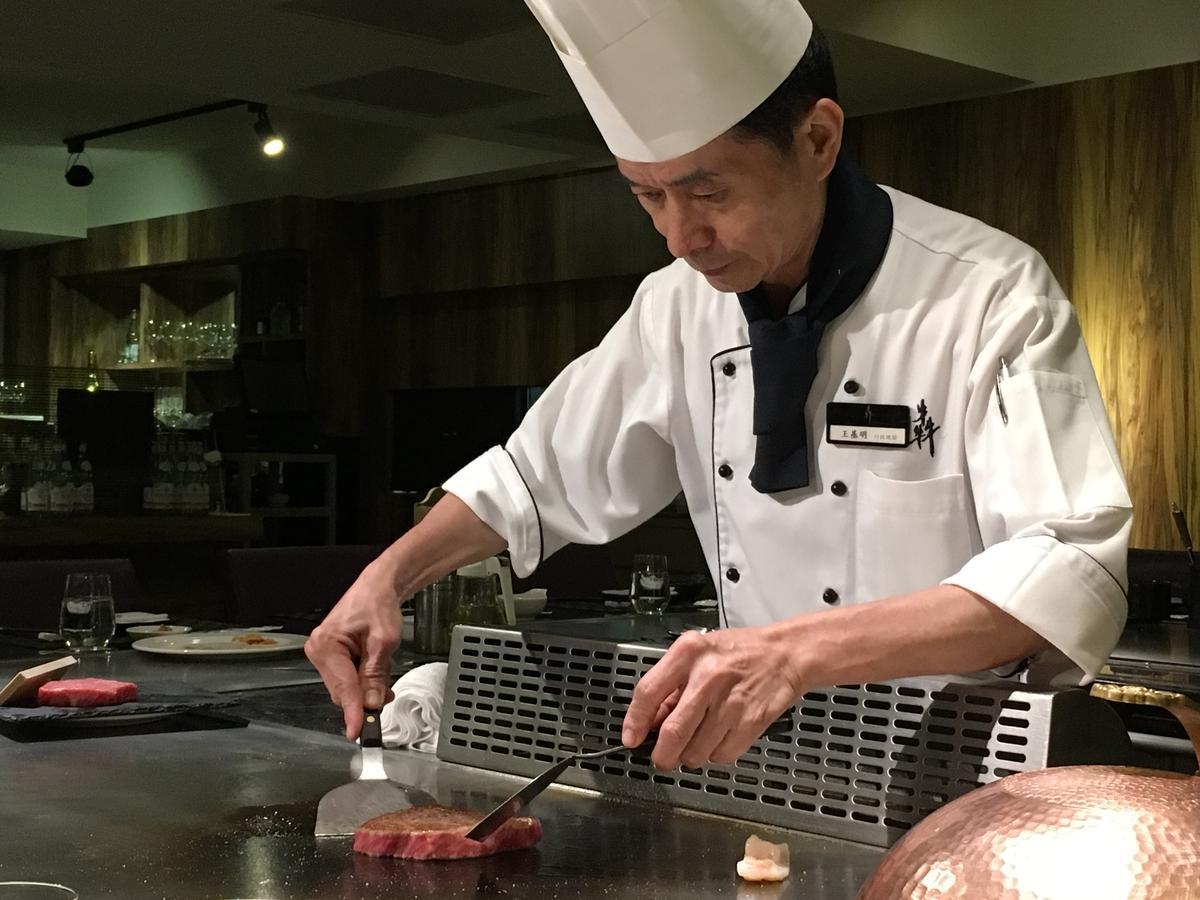 主廚王基明在「犇鐵板燒」有28年資歷,鐵板煎、炒功夫了得。
