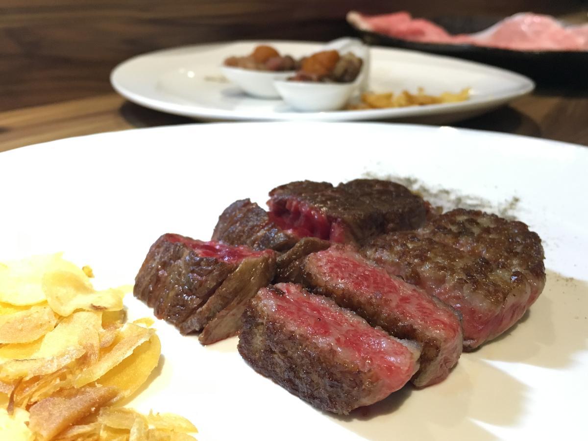 「松阪級和牛牛排A5」煎到3至5分熟,一口咬下油脂豐腴,牛肉甜香四溢。