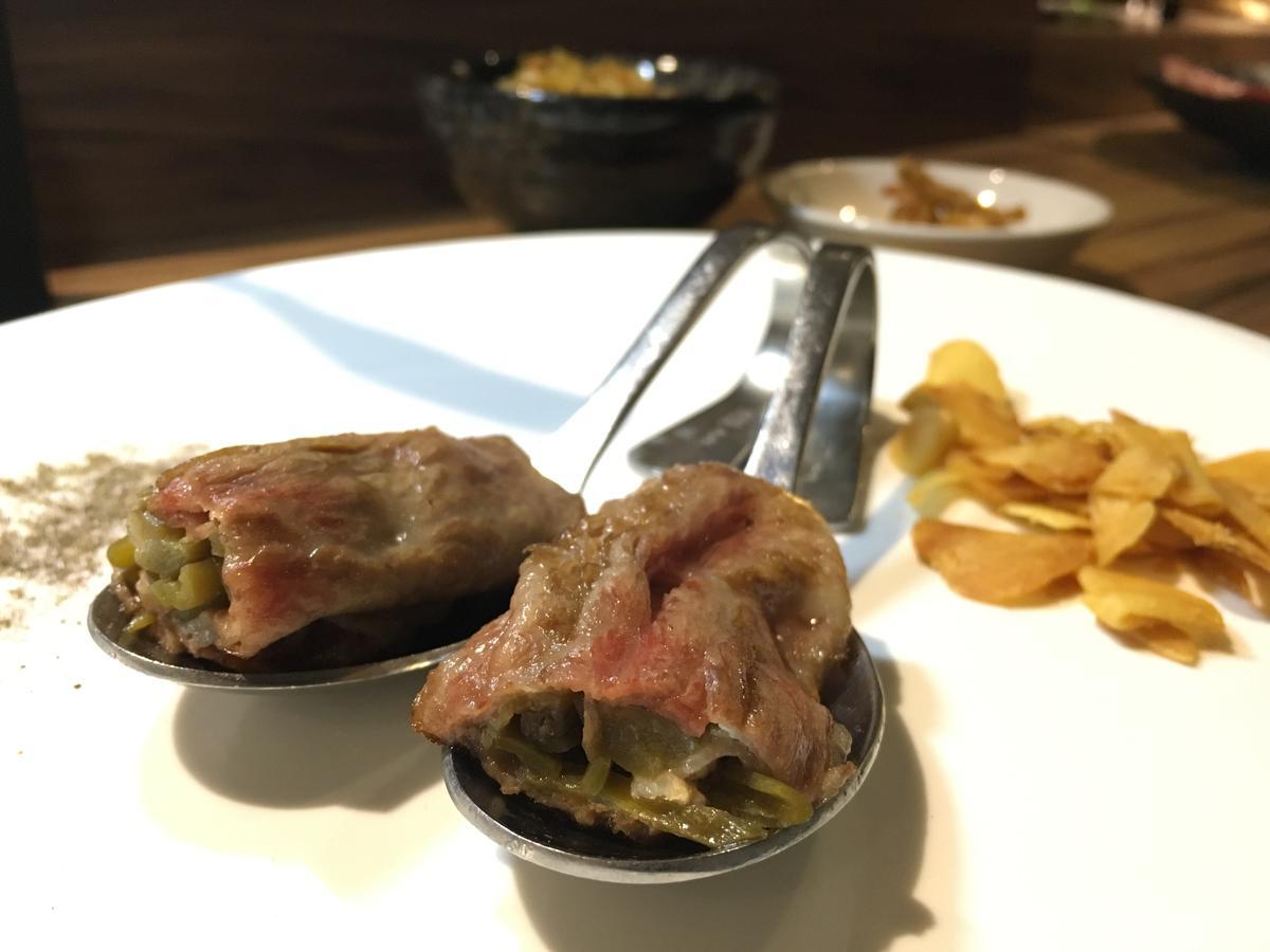 「Prime頂級沙朗蔬菜捲」包著剝皮辣椒絲,微微辛辣味既能提香又能解肉膩。(特7牛雙人套餐菜色)