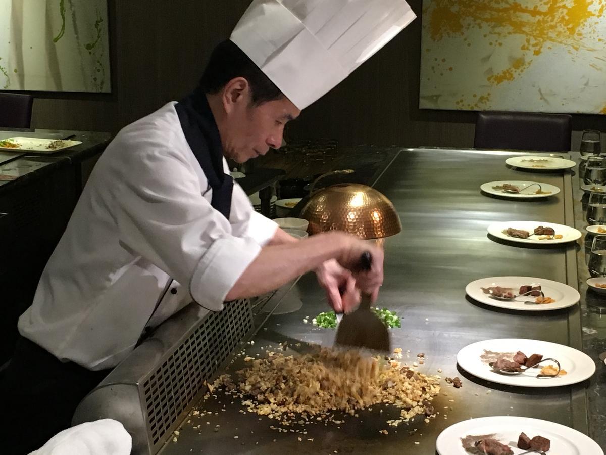 主廚將黑毛和牛的牛筋加進炒飯中增加油香。