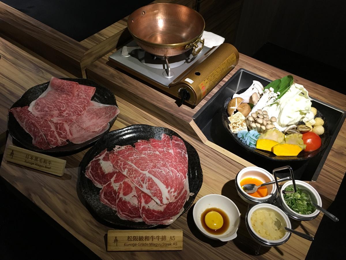 「特7牛雙人套餐 和牛鍋物」可以用鰹魚湯底涮煮7種頂級牛肉。