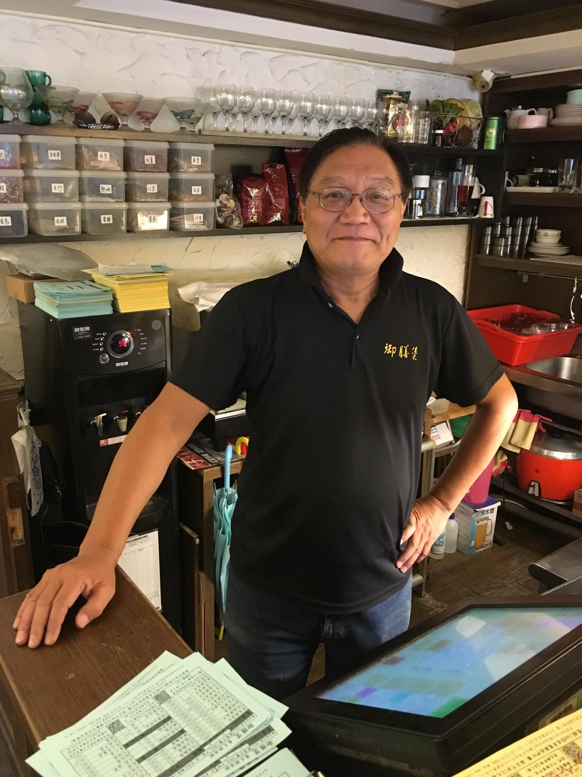 老闆盧永平是廣東人,堅持用慢火煲煮雞湯。