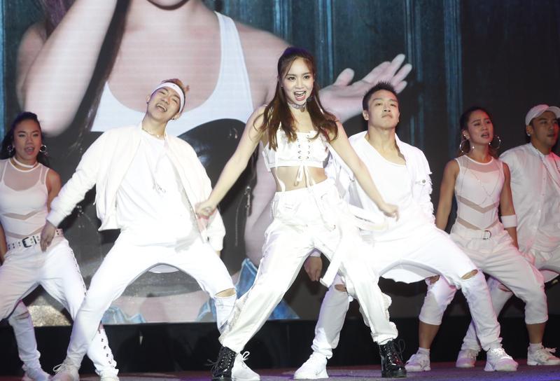 陳芳語在發片記者會唱跳新歌〈Tag Me〉,小露性感展現不同於之前專輯的路線。