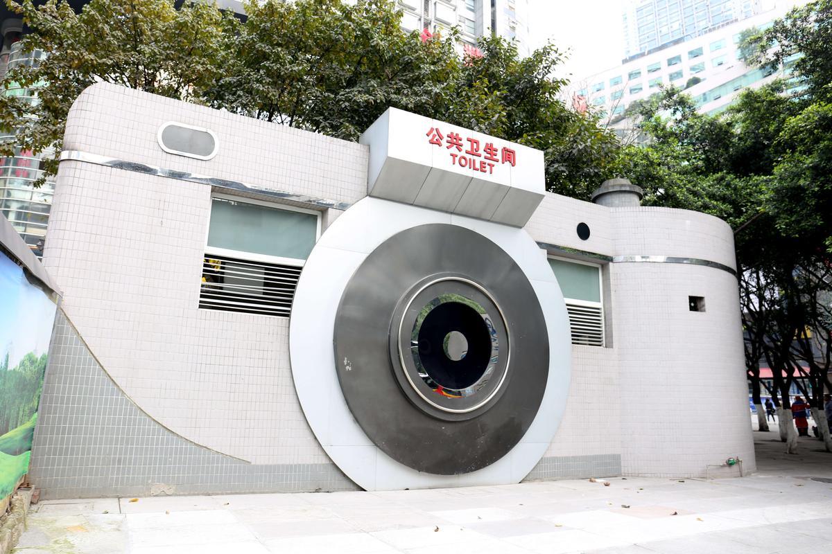 重慶一座公廁造型酷似巨型相機,令路人目瞪口呆,引發市民爭議。有的市民認為,相機公廁既切實解決城市居民如廁難的問題,又為城市增添風景,真是厲害;不過也有市民反應:「相機造型,進去如廁感覺就像被偷拍了似的,好沒安全感。」