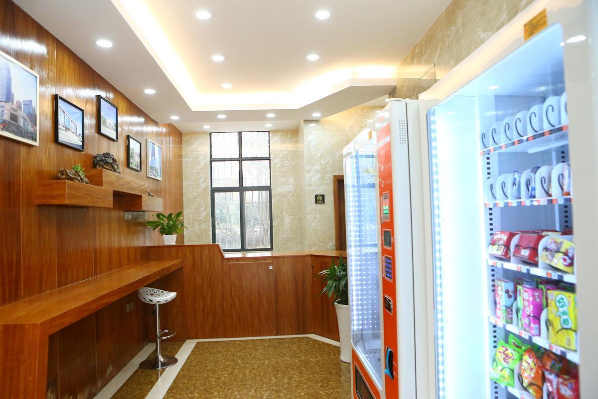 貴陽市一處概念公廁,裡面不只有馬桶,還有一座吧檯,和兩台自動販售機。
