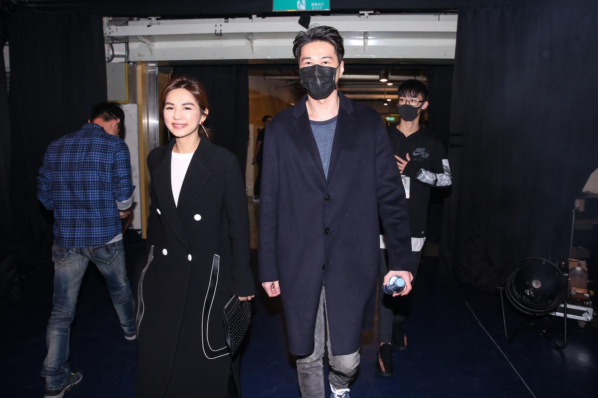 Ella跟老公賴斯翔現身楊丞琳演唱會現場滿臉笑容。