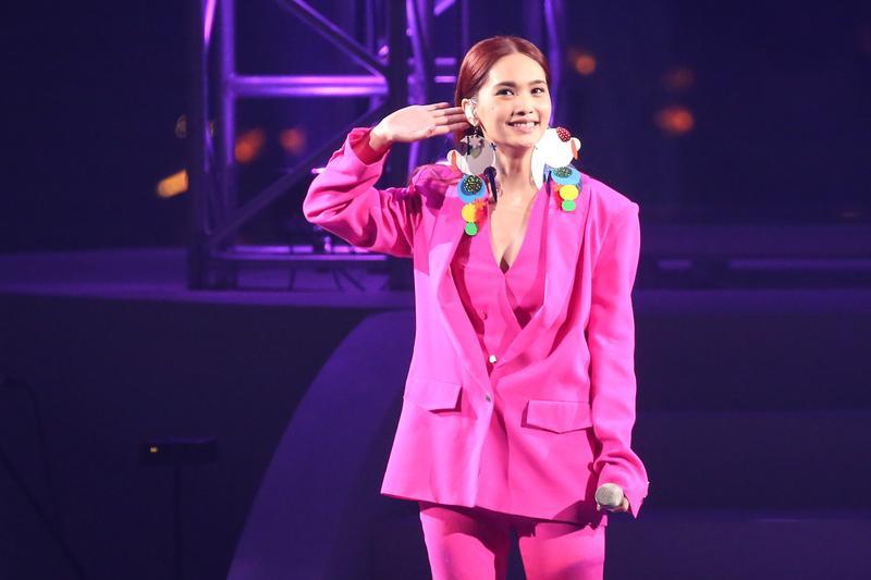 楊丞琳一襲深V粉紅色套裝,帥氣中又帶著性感。