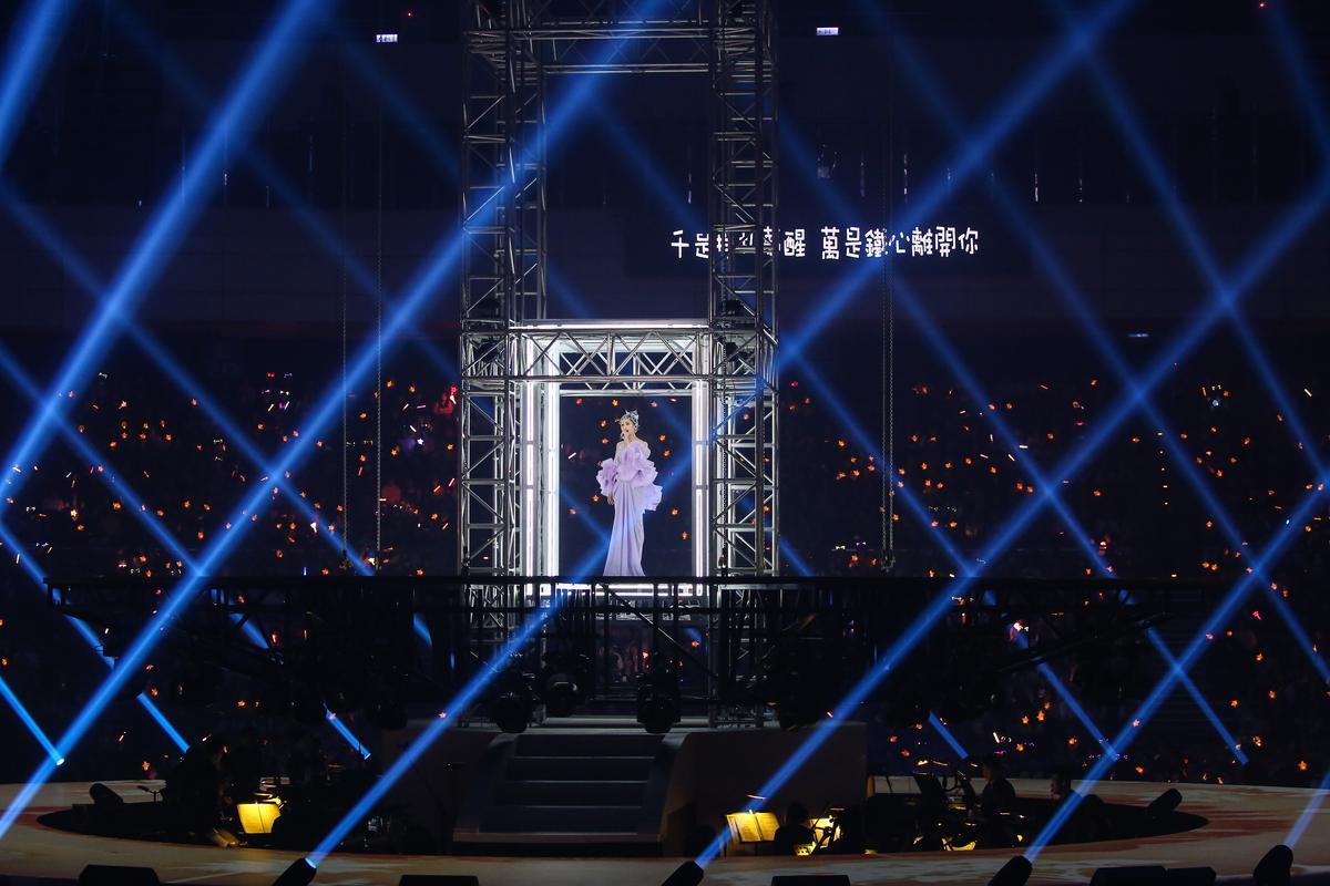 首次在台北小巨蛋開四面台演唱會,楊丞琳開場從天搭乘升降梯現身。