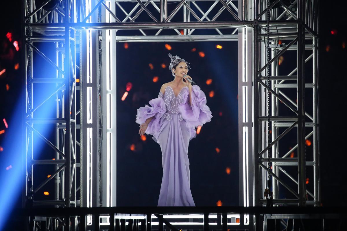 楊丞琳一襲紫色禮服演唱〈年輪說〉等曲目為演唱會揭開序幕。
