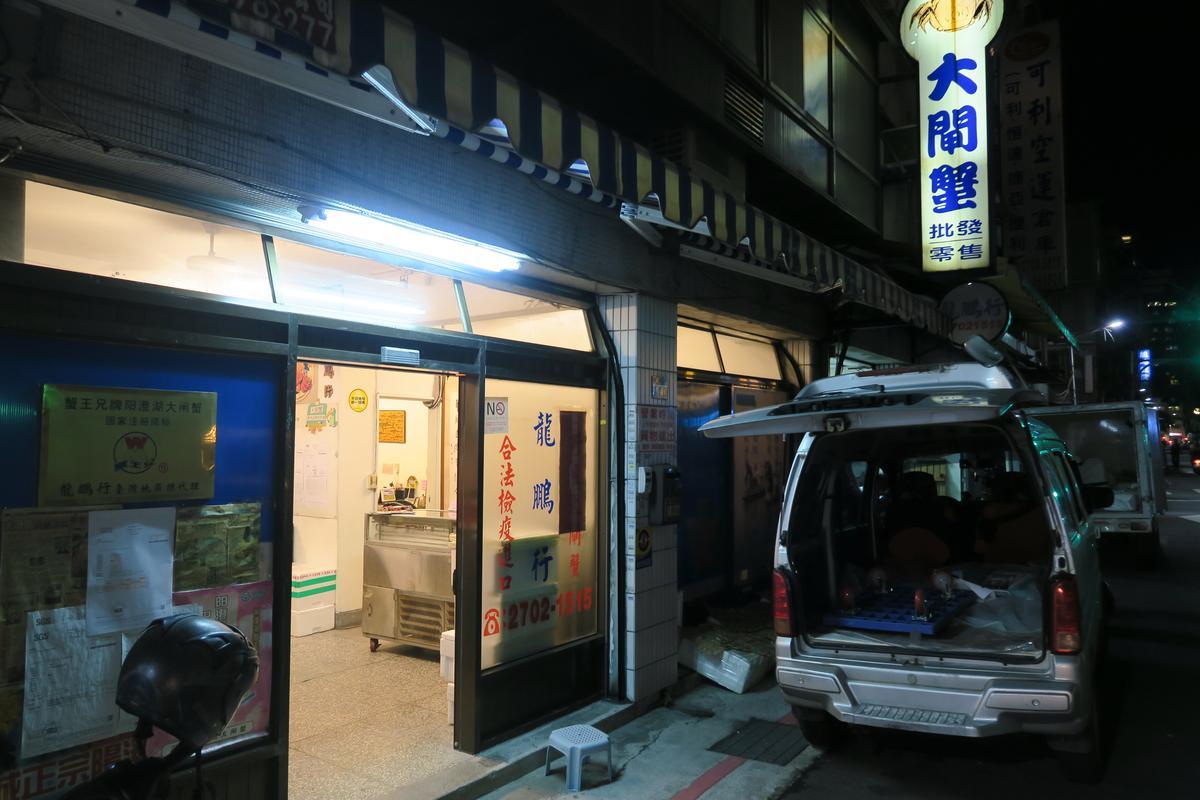 華姐的龍鵬行門面不起眼,卻是美食記者心目中的大閘蟹專家。