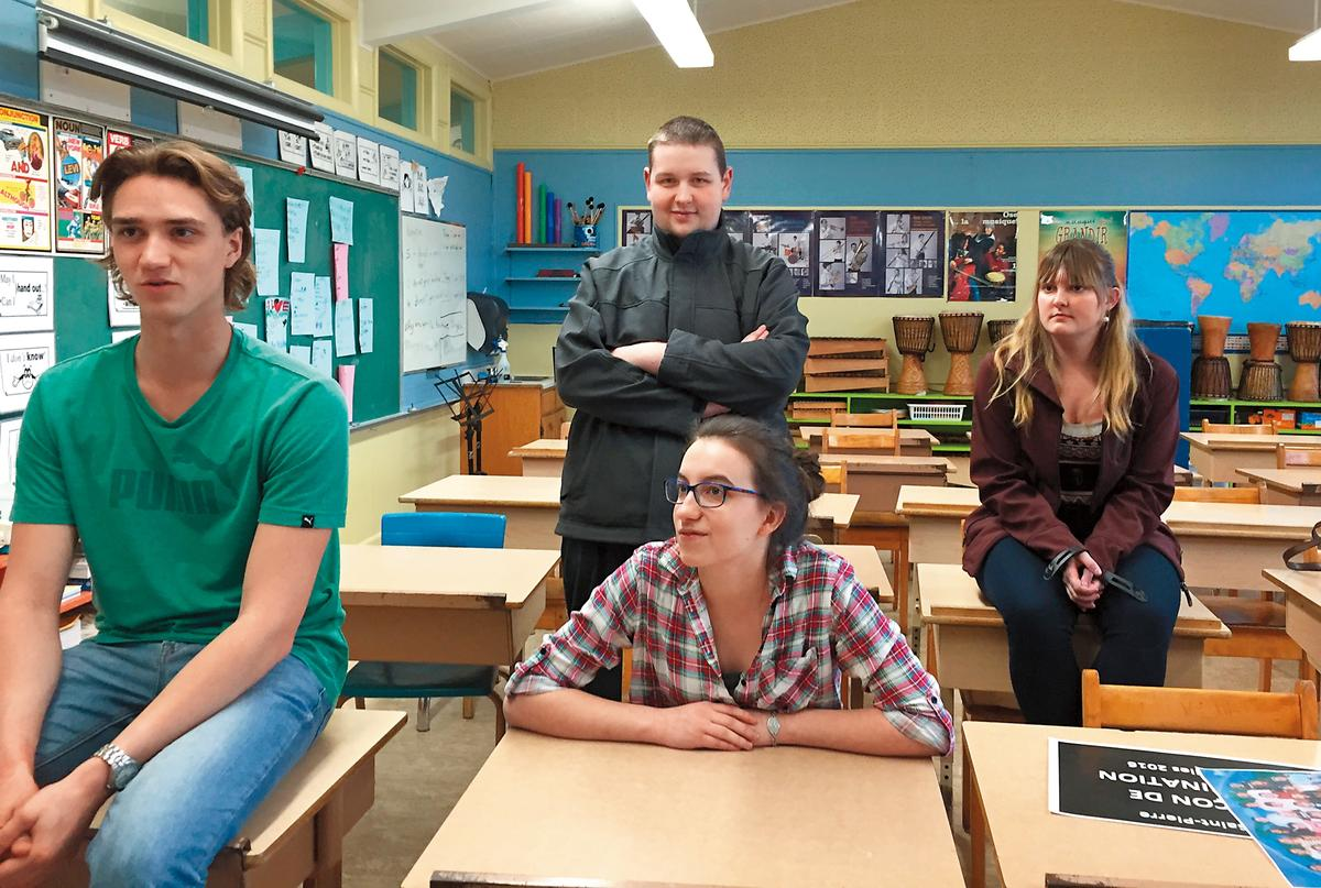 曾遭霸凌的小皮(後排右二)回到課堂上,與當年的同學分享彼此看法。(公視提供)