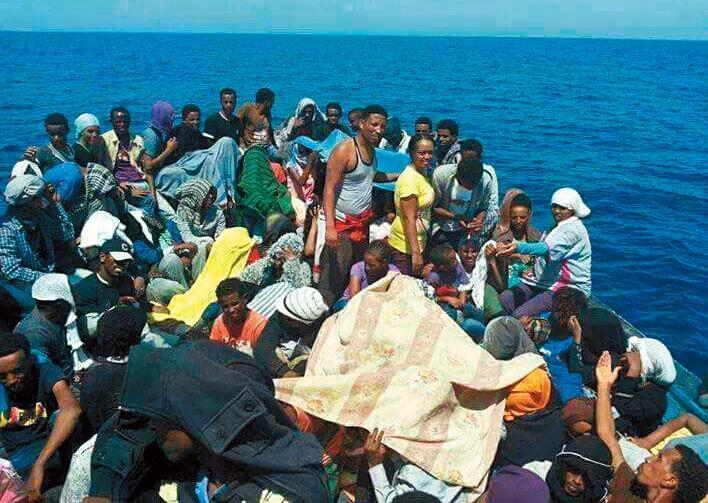 難民手機有大量的逃難影片,像偷渡集團逼人上擁擠的充氣船,一不小心就會掉入海中的畫面就被錄影下來。(公視提供)