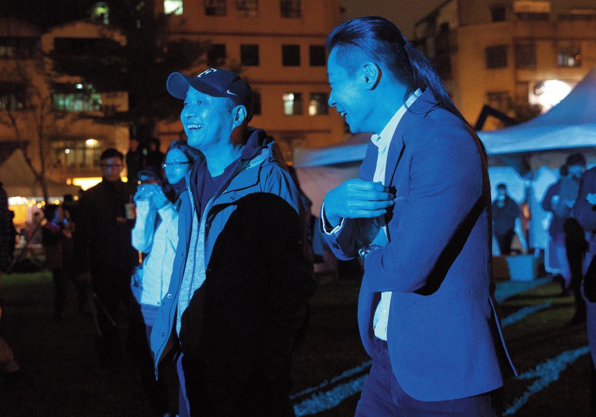 轉任立委的閃靈樂團前主唱Freddy林昶佐(前右)與鄭文堂(前左)是好友,二人都熱愛音樂,這天一起聽戶外搖滾樂。