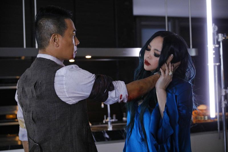 陳小春為張惠妹的新歌〈你說了算〉跨刀拍MV,兩人飾演亡命天涯的黑道鴛鴦。(EMI提供)