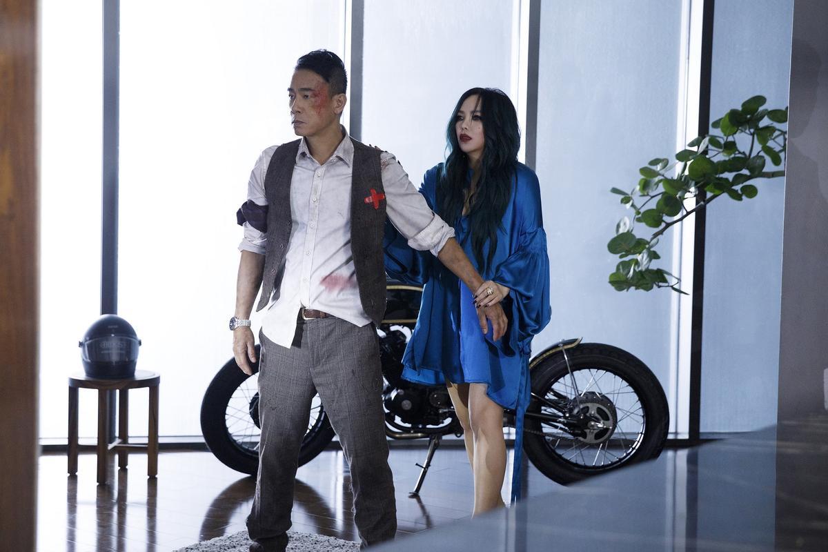 陳小春為了〈你說了算〉渾身雨水、汗水跟血漬,還開心拍MV很輕鬆。(EMI提供)