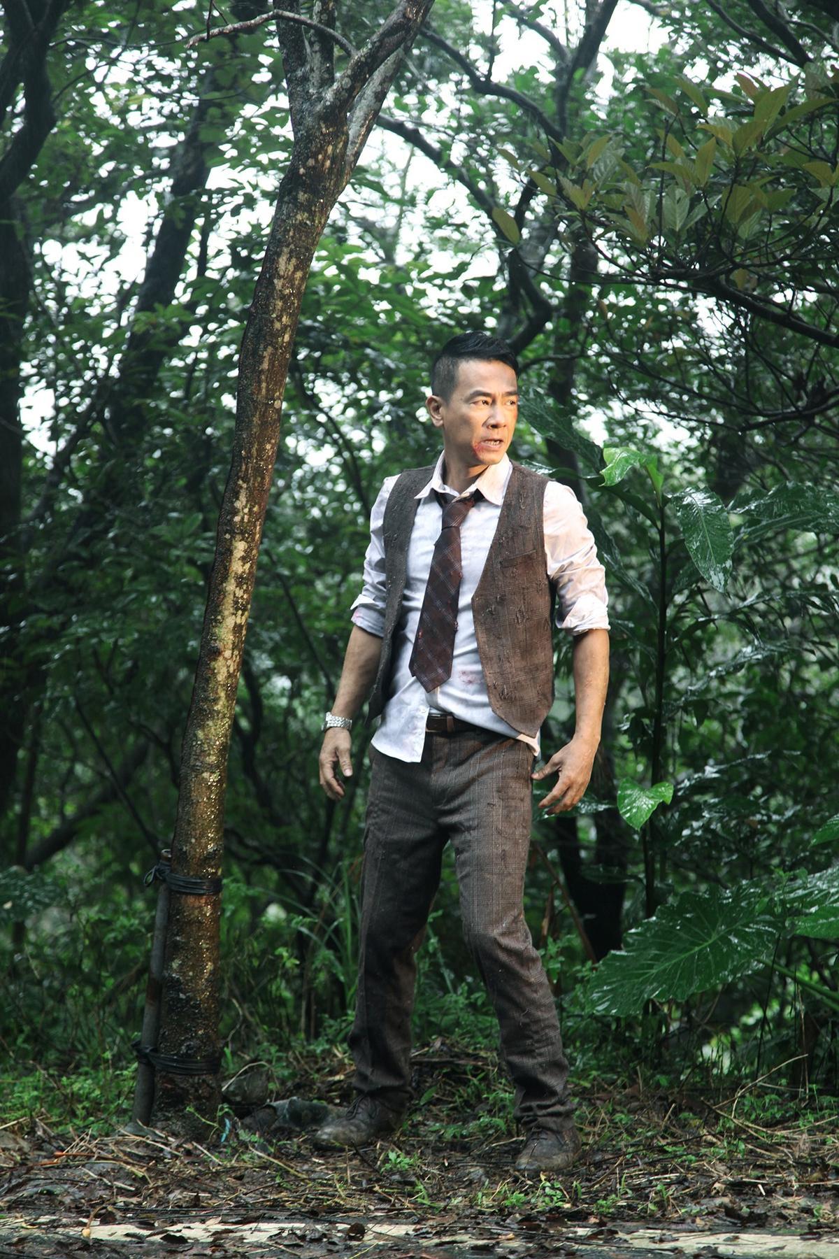 拍MV時遇上台灣低溫,陳小春全身濕透不喊苦,非常敬業。(EMI提供)