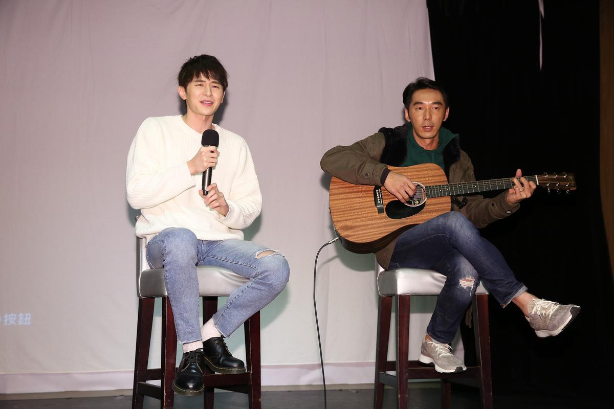 張軒睿唱〈演員〉時緊張到破音,露出尷尬表情,李李仁仍專注吉他伴奏。