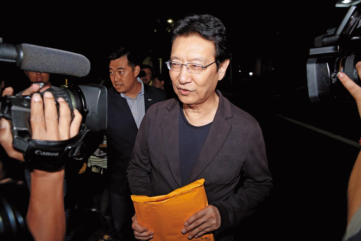 名嘴趙少康被質疑用中廣盈餘付給國民黨價金,形同自己買自己,檢方懷疑其中涉及背信罪。