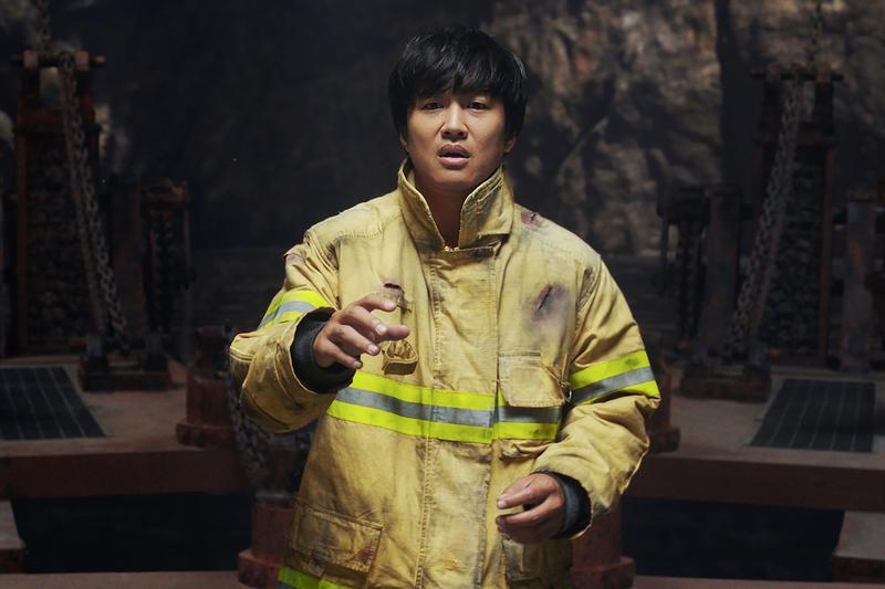 車太鉉在《與神同行》飾演意外身亡的消防員,接受審判的關卡,透露出身世的祕辛。(采昌國際多媒體提供)