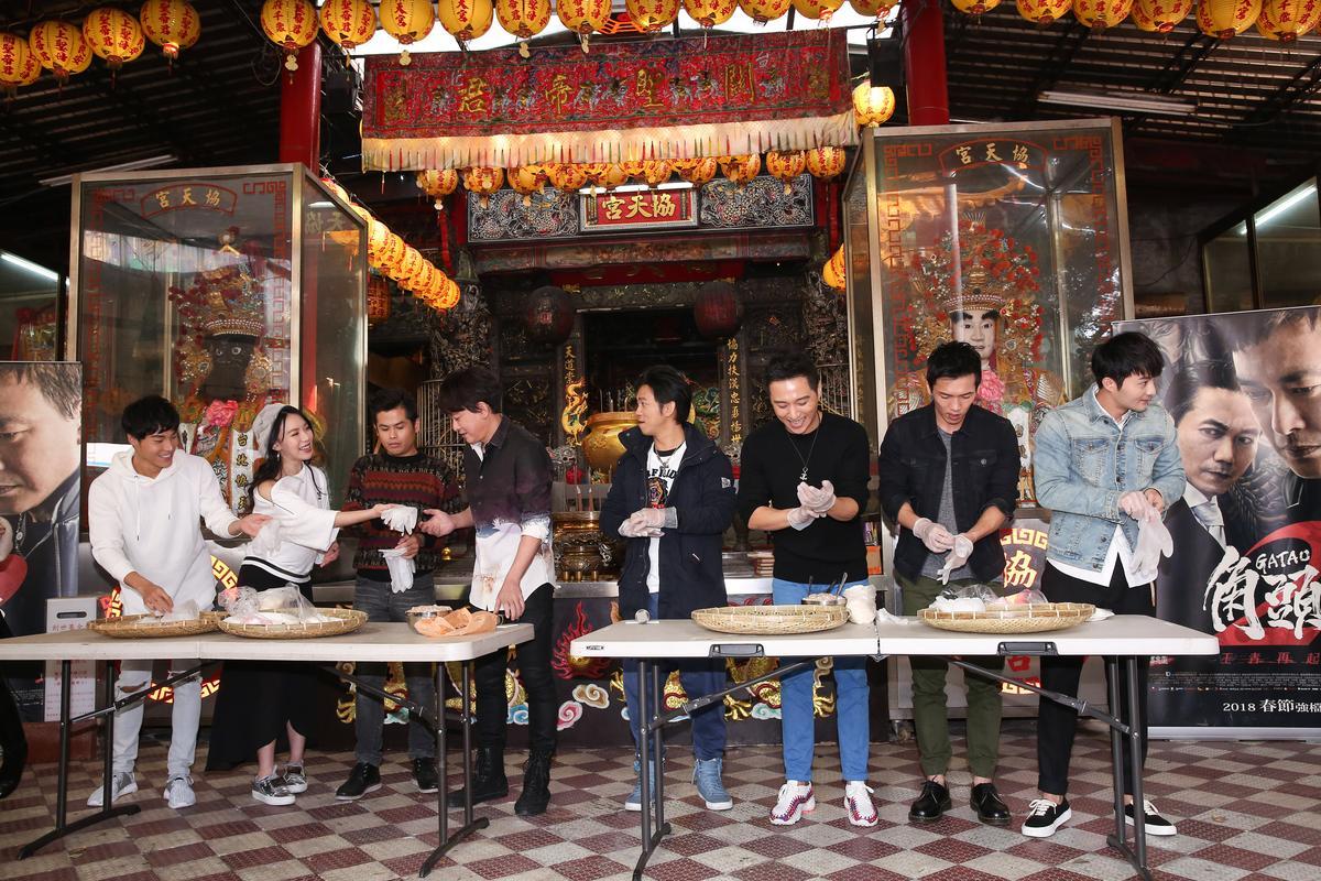 唐振剛(左起)、王宣、張再興、王識賢等四人一組,跟導演顏正國、鄭人碩、黃尚禾、古斌展開搓湯圓比賽。