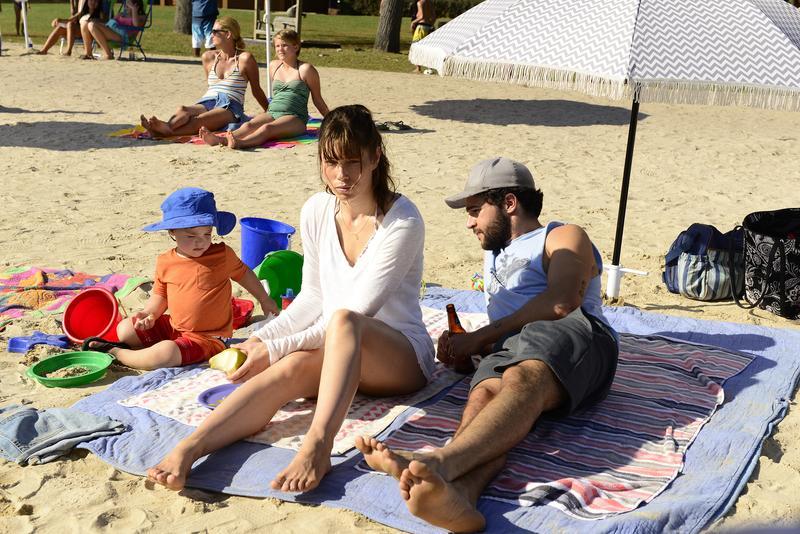 西卡貝兒(中)扮演寇拉,在沙灘上的衝動殺人,改變了一切。(Netflix)