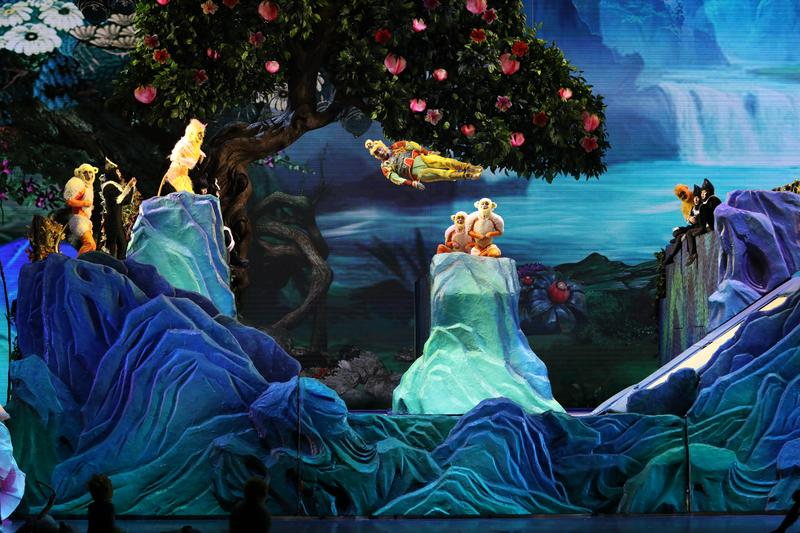 孫悟空在花果山稱大王的這一幕,展現名列體操項目的蹦床絕技,讓猴子猴孫與台下觀眾都看得目瞪口呆。