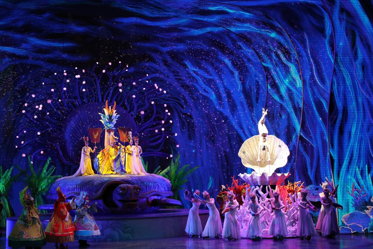 轉換到海底龍宮場景時,舞台極其炫麗。