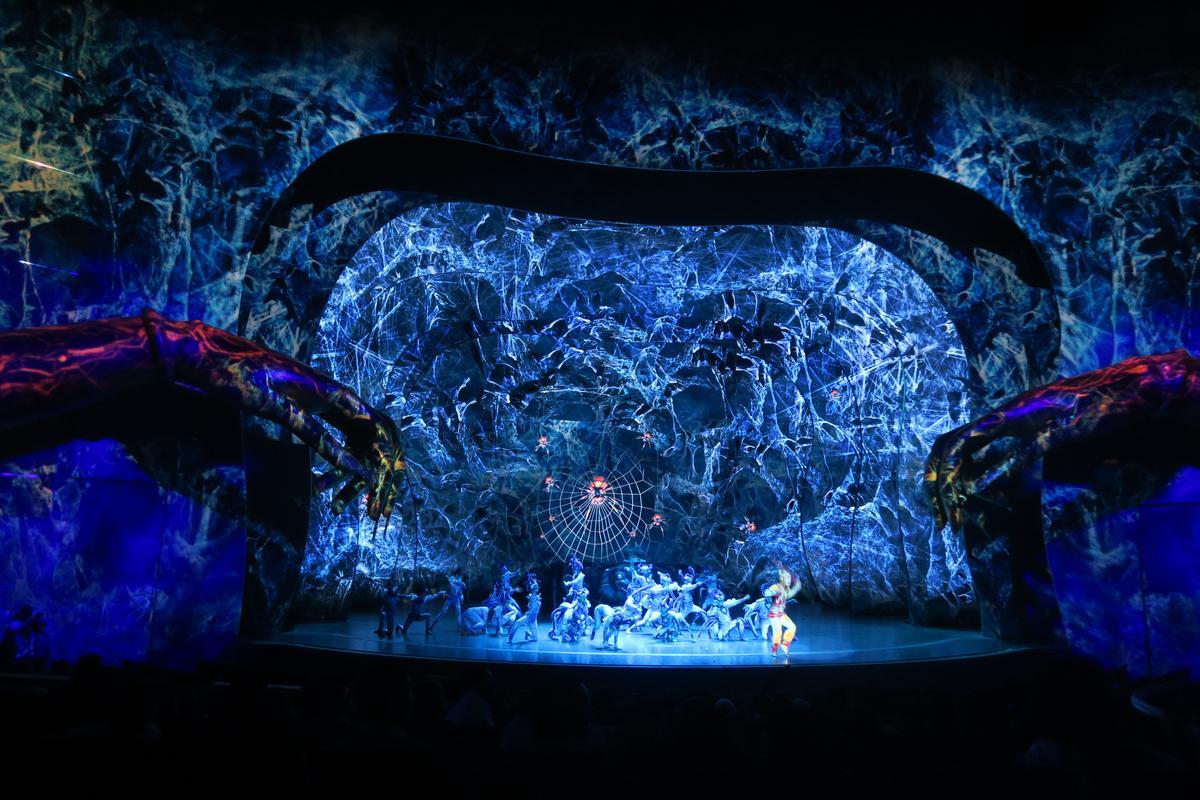 兩隻大魔手與盤絲洞,立體地出現在全場觀眾眼前。