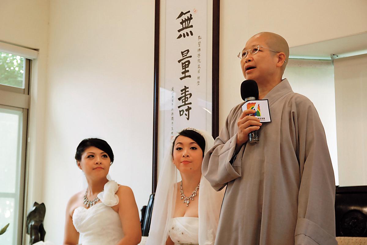 黃美瑜(左)和游雅婷(中)2012年在釋昭慧(右)證婚下,舉行台灣首場同性佛化婚禮。(黃美瑜提供)