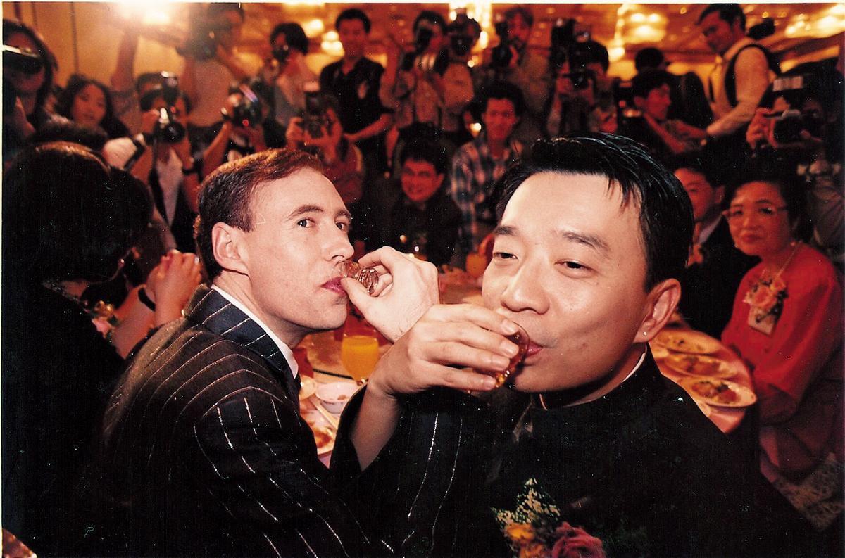 作家許佑生(右)與烏拉圭籍伴侶葛瑞(左),1996年在台北福華飯店舉行台灣首場公開同性婚禮。(許佑生提供)