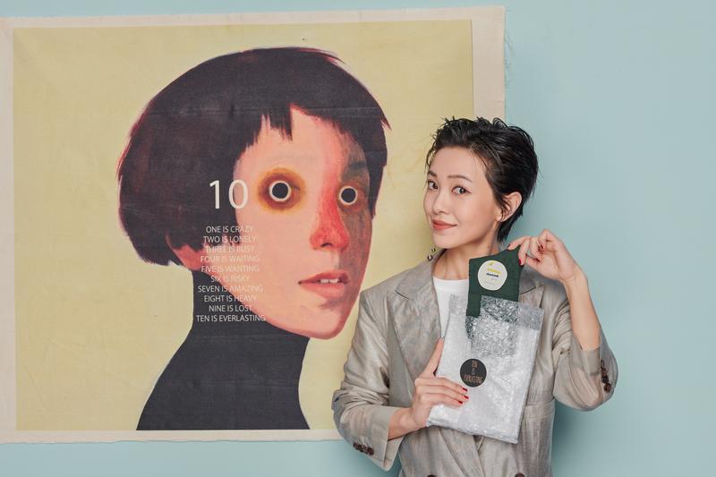 出道十年,郭采潔找來西班牙藝術家幫她畫肖像紀念。(經紀公司提供)