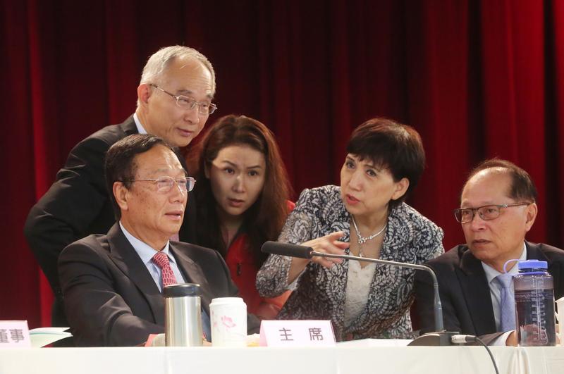 鴻海董事長郭台銘(左)選在明年1月開臨時股東會,要通過子公司FII赴上海A股上市案。