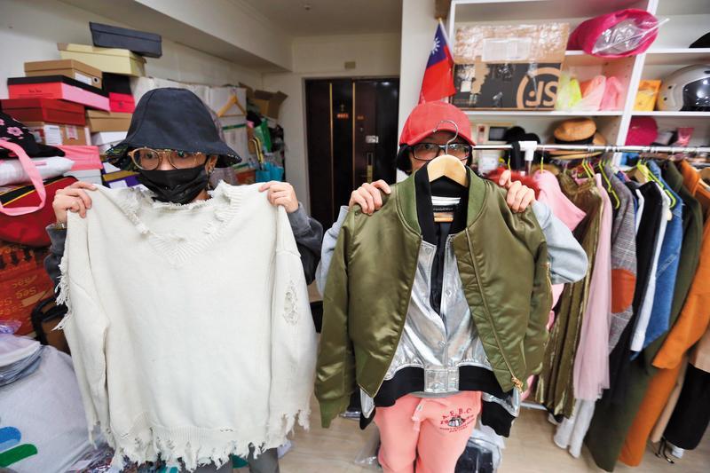 F姊妹(圖)手上的衣服都是贊助王思佳穿的,她們指控王索討衣服,卻不依約po臉書宣傳,把她們當成傻子。