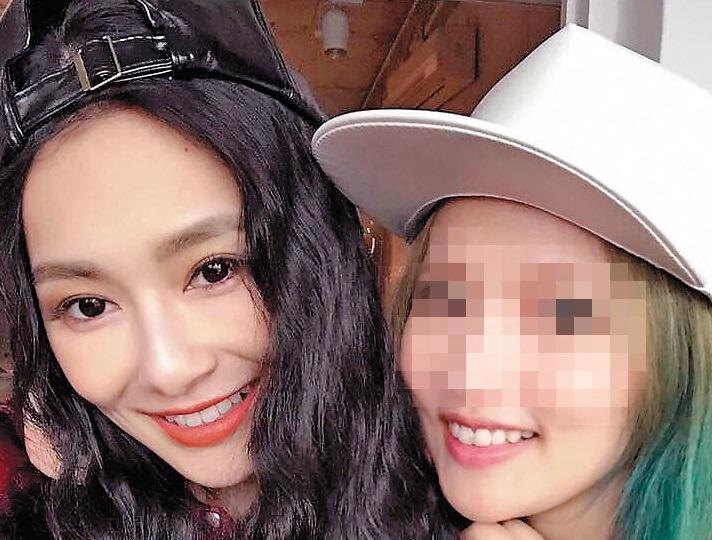 服飾網拍業者F小姐(右)贊助王思佳(左)兩年,但最近卻撕破臉。(業者提供)