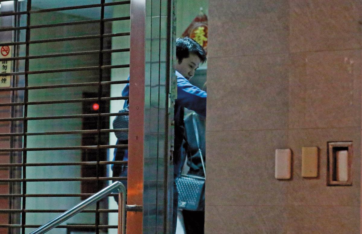 12月16日22:16,走進大樓後,男友立刻貼心搶著按電梯。