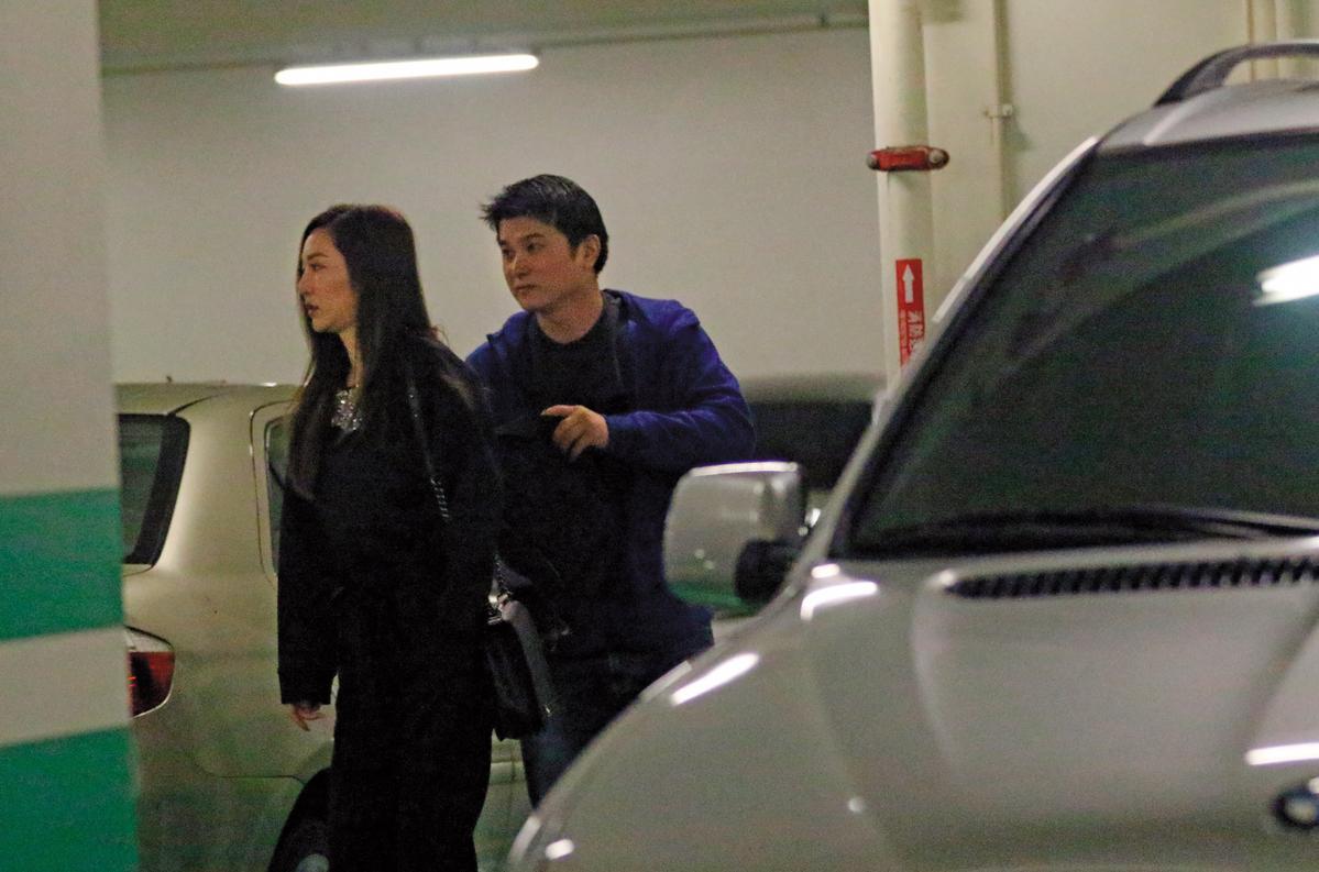 12月16日18:57,曾莞婷下車,土豪男友跟在後面,表現很體貼。