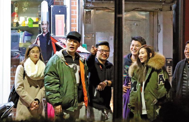 曾莞婷一行人用完餐後,聚集在店門口聊天,氣氛看起來相當熱絡。