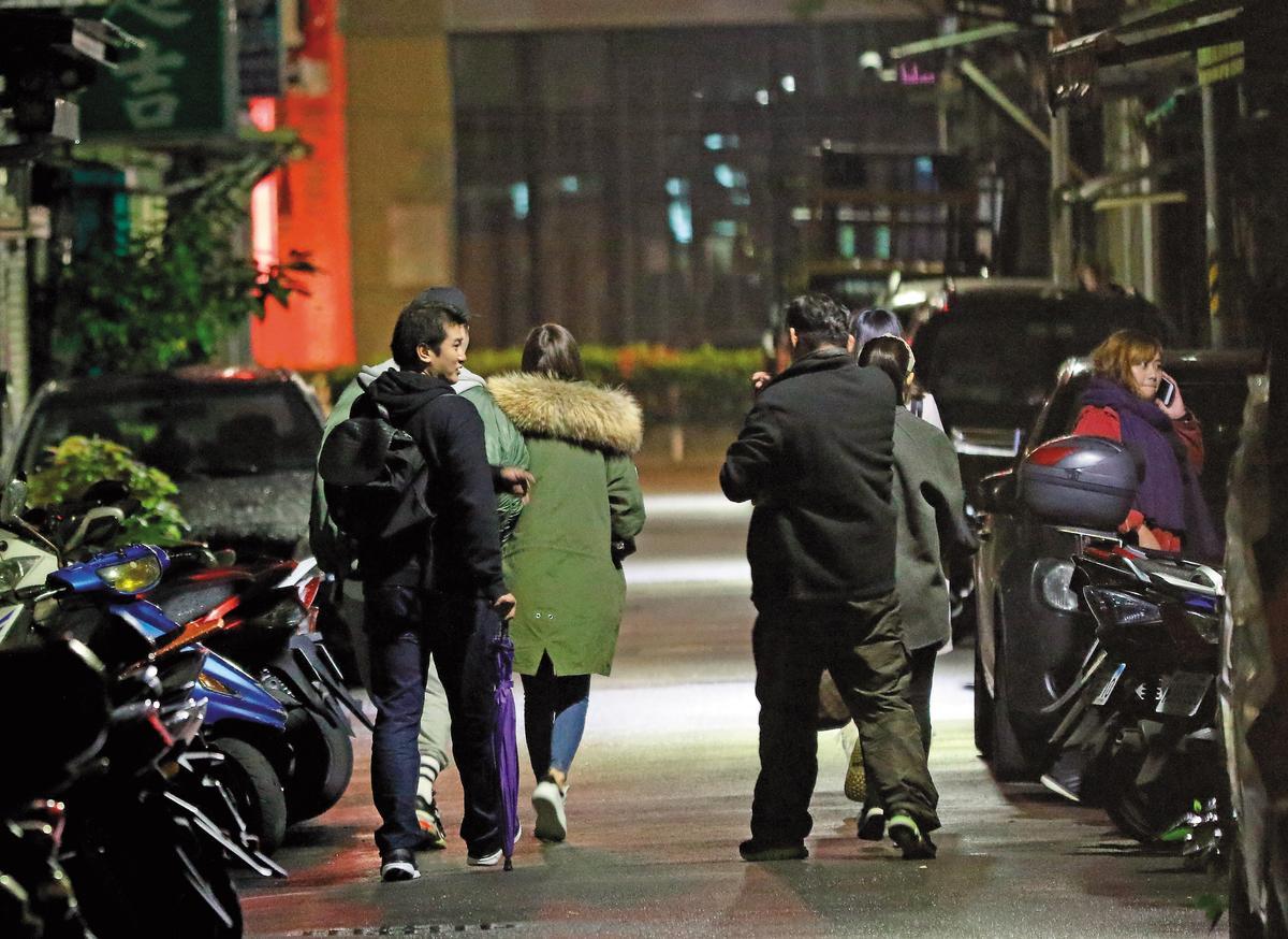 12月17日20:16,曾莞婷和男友及友人們一同步行回停車處取車。