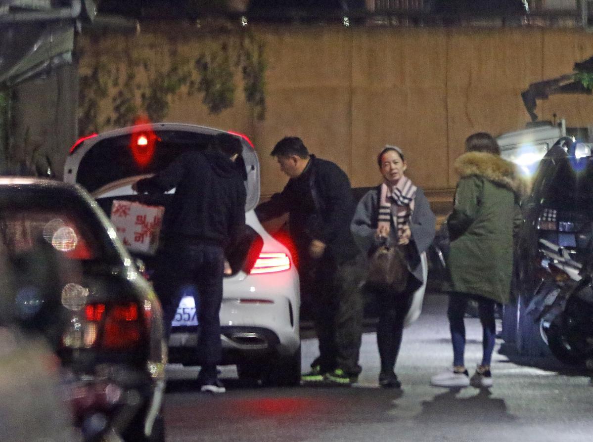 12月17日20:32,土豪男友(左)將曾莞婷友人載到附近巷弄內的住處後,幫忙他們把行李從後車廂拿下來。