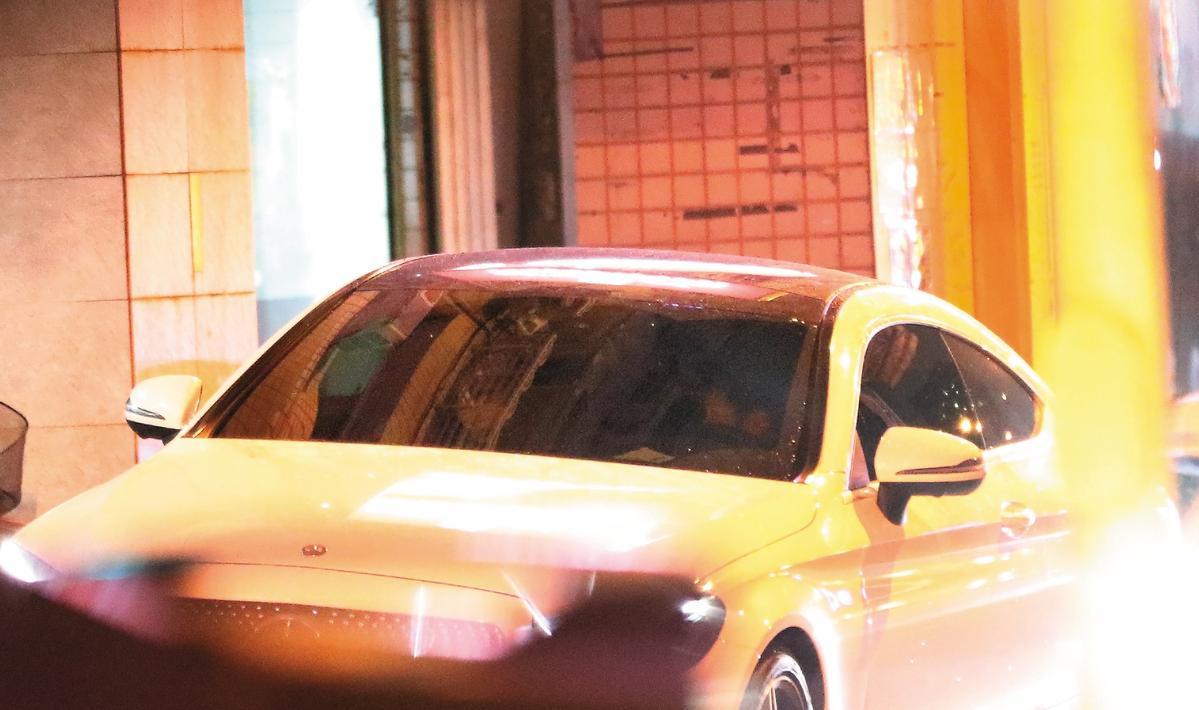 12月17日21:18,賓士男和曾莞婷回到家樓下後,在車上交纏kiss半個多小時才下車。