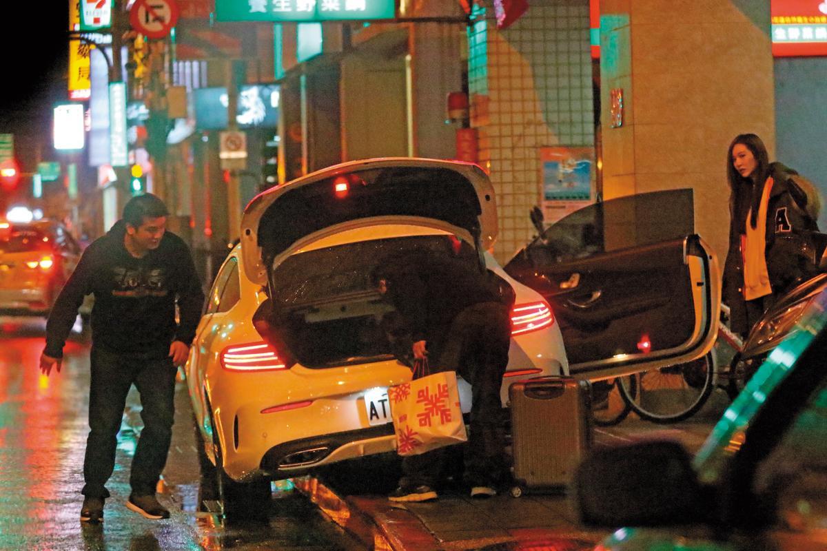 12月17日18:05,男友(左)又充當司機,載著曾莞婷(右)和友人出門吃飯。