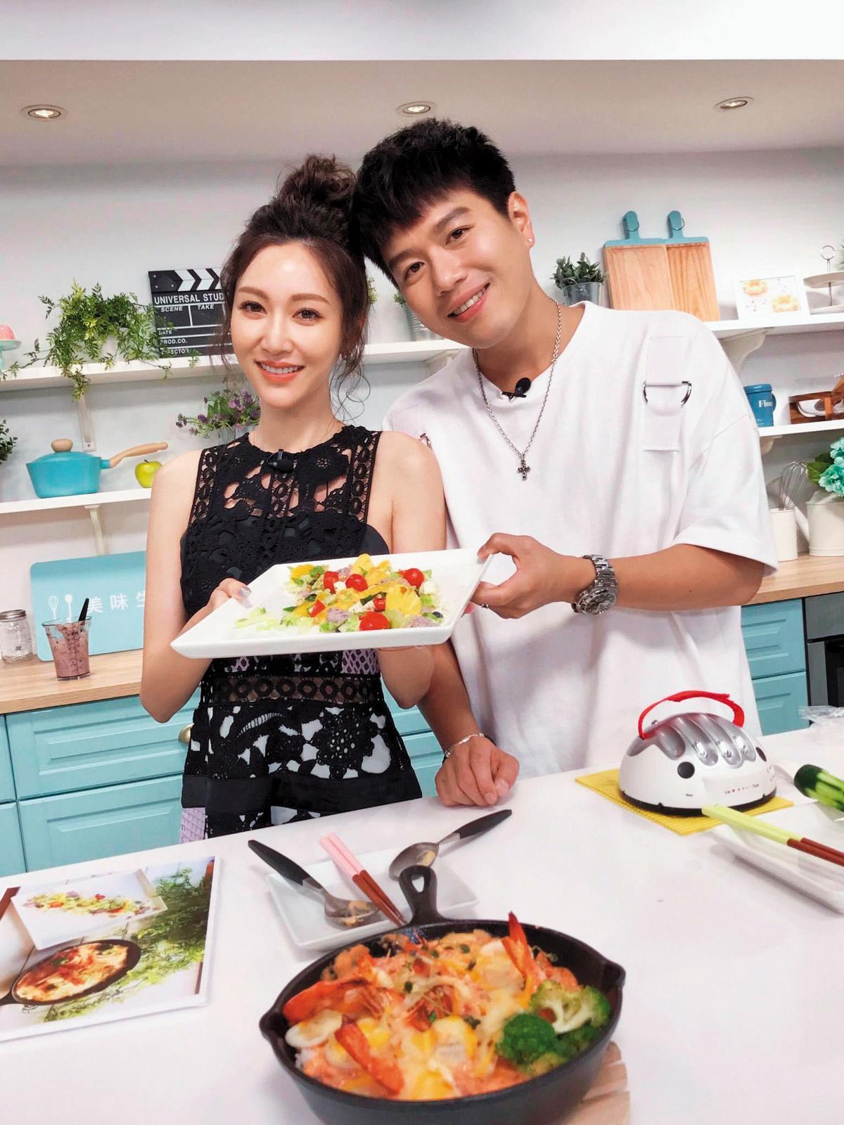曾莞婷和合作拍戲的李易(右)私交相當不錯,特地上他的料理節目秀廚藝。(翻攝自曾莞婷臉書)